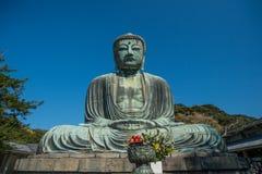 Kamakura Daibutsu ou grand Bouddha fait à partir du ciel en pierre et bleu image libre de droits