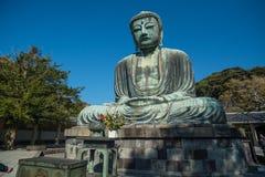 Kamakura Daibutsu ou grand Bouddha fait à partir du ciel en pierre et bleu photographie stock