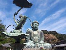 Kamakura Reuzeboedha, met een metaalbloem stock fotografie