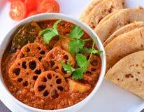 Kamala kakadi curry - lotosowy trzon gotujący w pomidorowym sosie zdjęcie royalty free