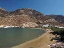 Kamares strand i portstaden Sifnos Grekland Cyclades Arkivbilder