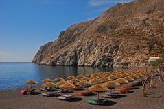 Kamari miasteczko z jej Popularną Czarną otoczak plażą Obrazy Royalty Free
