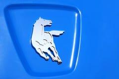 Kamaz logo zamknięty w górę, błyszczący działającego srebnego konia na błękitnym tle zdjęcie royalty free