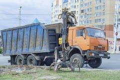 KAMAZ przewozi samochodem z manipulantem w mieście Cheboksary, Chuvash republika, Rosja (ładowacz) 07/05/2016 Zdjęcia Stock