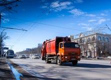 Kamaz rojo en una carretera urbana Imágenes de archivo libres de regalías