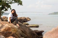Kambodżańska dziewczyna i Kaoh Puoh most przy Sihanoukville Zdjęcia Stock