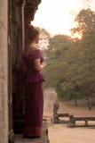 Kambodżańska dziewczyna Ogląda wschód słońca przy Angkor Wat w Khmer sukni Zdjęcie Royalty Free