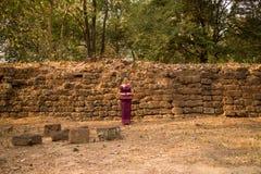 Kambodżańska dziewczyna w Khmer sukni Antyczną ścianą w Angkor Thom, Angkor miasto Zdjęcia Royalty Free