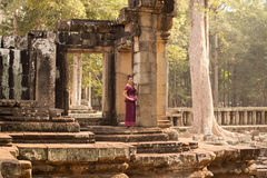Kambodżańska dziewczyna w Khmer sukni pozyci przy tarasem słonie w Angkor mieście Zdjęcia Royalty Free