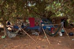 Kambodżańskich pracowników Obozuje teren pod drzewami Fotografia Stock