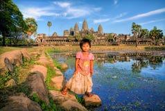 Kambodża, Angkor Wat, 25 maszeruje 2008, dziewczyna chodzi na Angkor wacie Obrazy Royalty Free