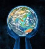 Kambodja op aarde in handen Royalty-vrije Stock Afbeelding