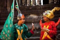 Kambodjaner i medborgareklänning poserar i Angkor Wat Arkivfoton