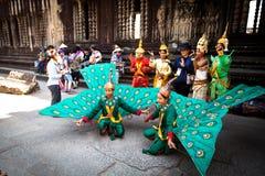 Kambodjaner i nationell klänning poserar för turister i Angkor Wat Royaltyfria Foton