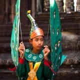 Kambodjaner i nationell klänning poserar för turister i Angkor Wat Arkivfoton