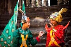 Kambodjaner i nationell klänning poserar för turister i Angkor Wat Royaltyfri Fotografi