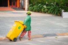 Kambodjansk dustwoman på arbete Royaltyfri Foto