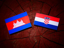 Kambodjansk flagga med den kroatiska flaggan på en isolerad trädstubbe Royaltyfria Bilder