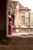 Kambodjansk flicka i en khmerklänning på Angkor Wat Arkivfoton