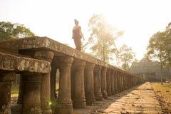 Kambodjansk flicka i en khmerklänning på gångbanan till Phimeanakas i den Angkor staden Royaltyfria Foton