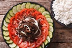 Kambodjansk kokkonst: Nötkött Lok Lak med närbild för nya grönsaker royaltyfri foto