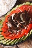 Kambodjansk kokkonst: Nötkött Lok Lak med närbild för nya grönsaker royaltyfri fotografi