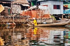 Kambodjansk kvinna som svävar i ett fartyg Arkivbild