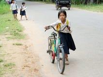 Kambodjansk liten flicka som går till skolan med cykeln Royaltyfria Bilder
