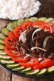 Kambodjansk mat: nötkött Lok Lak med nya tomater och gurkor royaltyfri bild