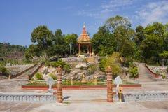 Kambodjansk tempel nära Sihanukville den sjö- grunden Arkivfoto