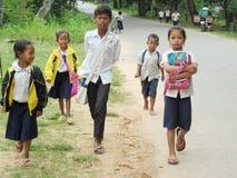 Kambodjanska barn som går till skolan Arkivfoto