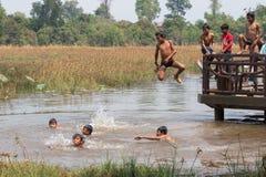 Kambodjanska barn spelar vatten royaltyfri fotografi