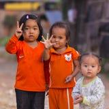 Kambodjanska flickor i det muslimska området av staden visar deras finger Royaltyfri Fotografi