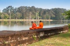 Kambodjanska munkar på Angkor Wat Fotografering för Bildbyråer