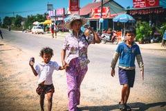 Kambodjanska ungar spelar i slumkvarterby nära den Otres stranden i Sihanoukville Arkivbilder