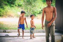 Kambodjanska ungar spelar i slumkvarterby nära den Otres stranden i Sihanoukville Royaltyfria Foton