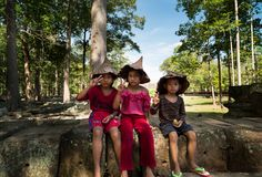 Kambodjanskt barn i tempelområde, Angkor Wat i Cambodja royaltyfria foton