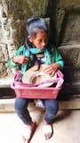 Kambodjanskt barn som säljer souvenir Arkivfoton