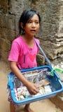 Kambodjanskt barn som säljer souvenir Arkivbilder