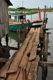 Kambodjanskt fiskeläge: landningbrygga Arkivbild