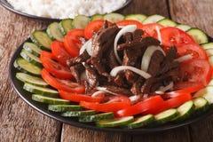 Kambodjanskt nötkött Lok Lak med närbild för nya grönsaker horizonta arkivbilder