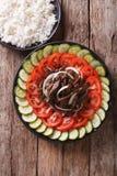 Kambodjanskt nötkött Lok Lak med nya grönsaker och en sidomaträtt av royaltyfria foton