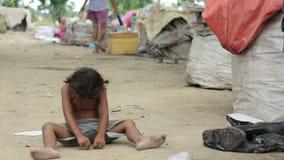 kambodjanungar i slumkvarter nära den Phnom Penh staden som dumpar område arkivfilmer