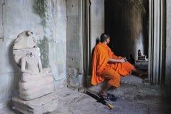 Kambodscha Angkor Wat mit einem Mönch Stockfotos