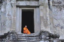 Kambodscha Angkor Wat mit einem Mönch Lizenzfreie Stockfotos