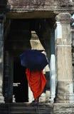 Kambodscha Angkor wat mit einem Mönch Stockfotografie