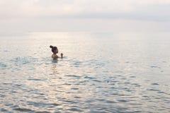 Kambodschanische Asiatin-Schwimmen im Ozean lizenzfreie stockbilder
