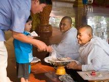 Kambodschanische Erwachsene und Kinder, zum des Geldes zu spenden Stockbild