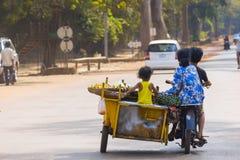 Kambodschanische Familie auf der Motorradreise, zum des Lebensmittels zu verkaufen Lizenzfreie Stockfotos