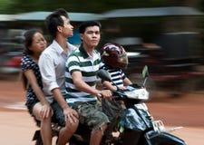 Kambodschanische Familie - 4 auf einem Roller Stockbilder
